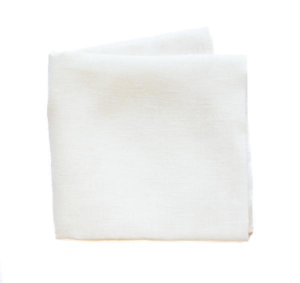 Gefaltetes weißes Passiertuch aus Leinen