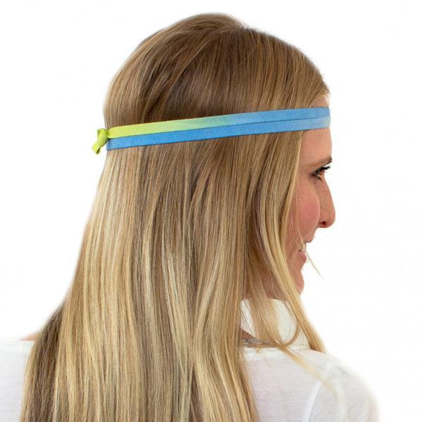 Frau mit einem blau-gelben Haarband