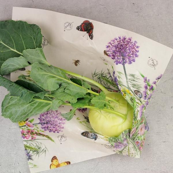 Kohlrabi in ein Bienenwachstuch gewickelt