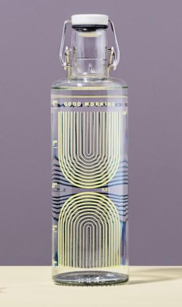 Glasflasche vor lilafarbenem Hintergrund