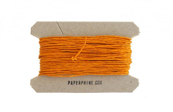 Orangefarbenes Geschenkband auf einer Banderole