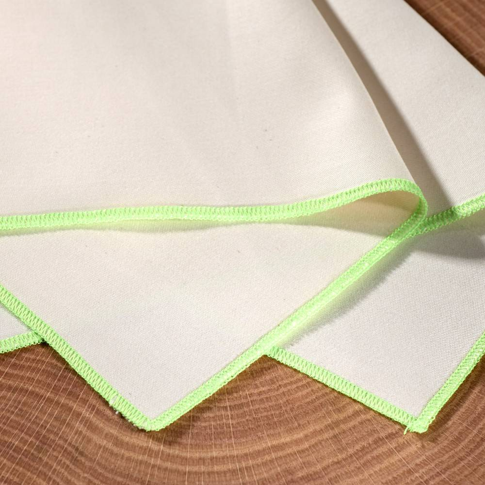 Weißes Stofftaschentuch mit hellgrünem Saum