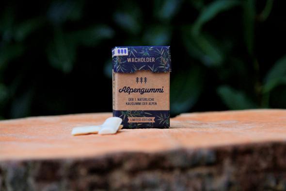 Eine Schachtel Alpengummis auf einem Baumstamm