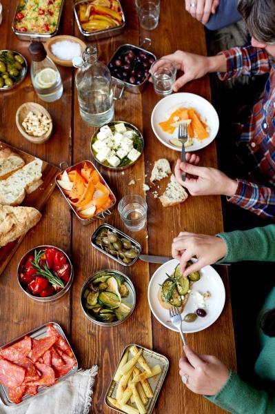 Blick auf einen Tisch mit Speisen