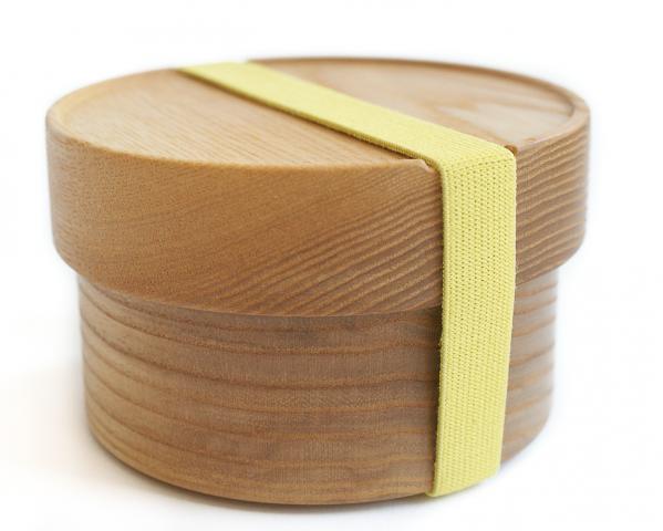 Bentobox aus Holz mit gelbem Gummiband