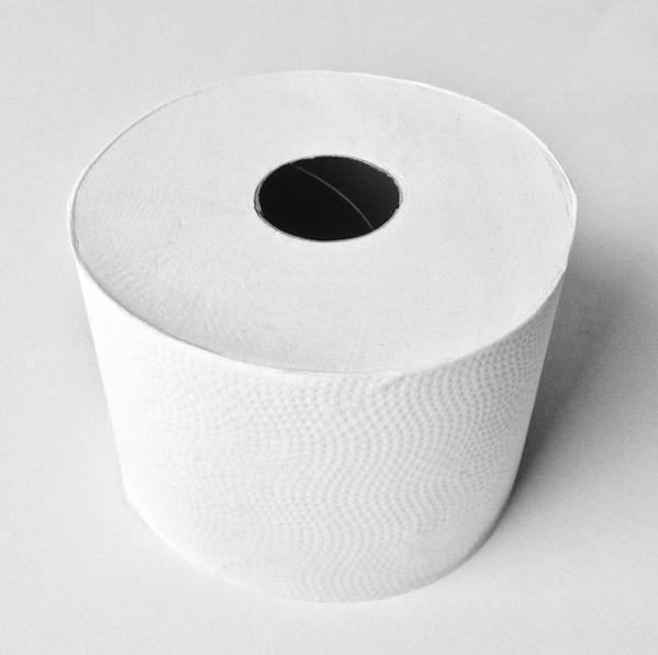 Eine Rolle des Satino-Black-Toilettenpapiers